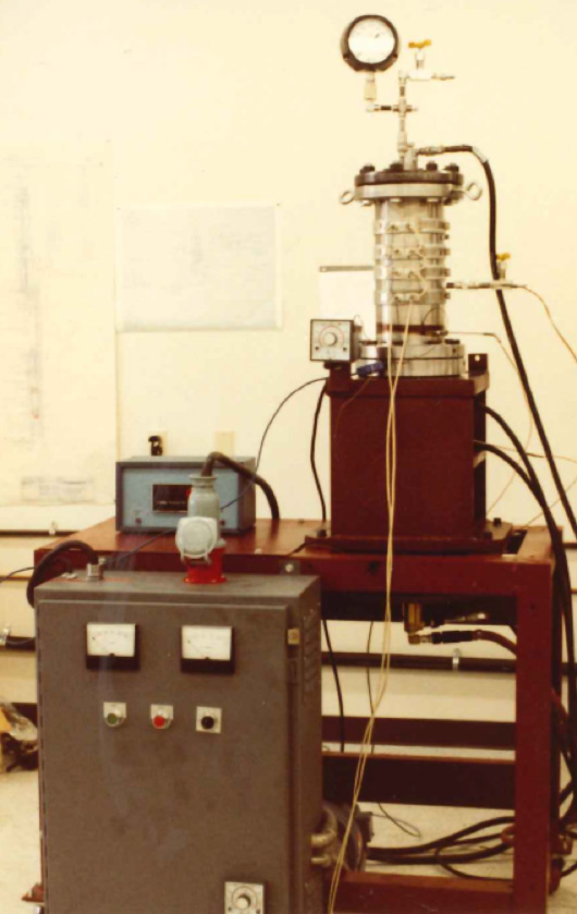 This 1981 photo shows the fully assembled fixture, complete with instrumentation wiring, lubricant and drilling fluid supply lines, and heater bands. Now, more than three decades later, the fixture is being used for testing seals for high pressure washpipe service.